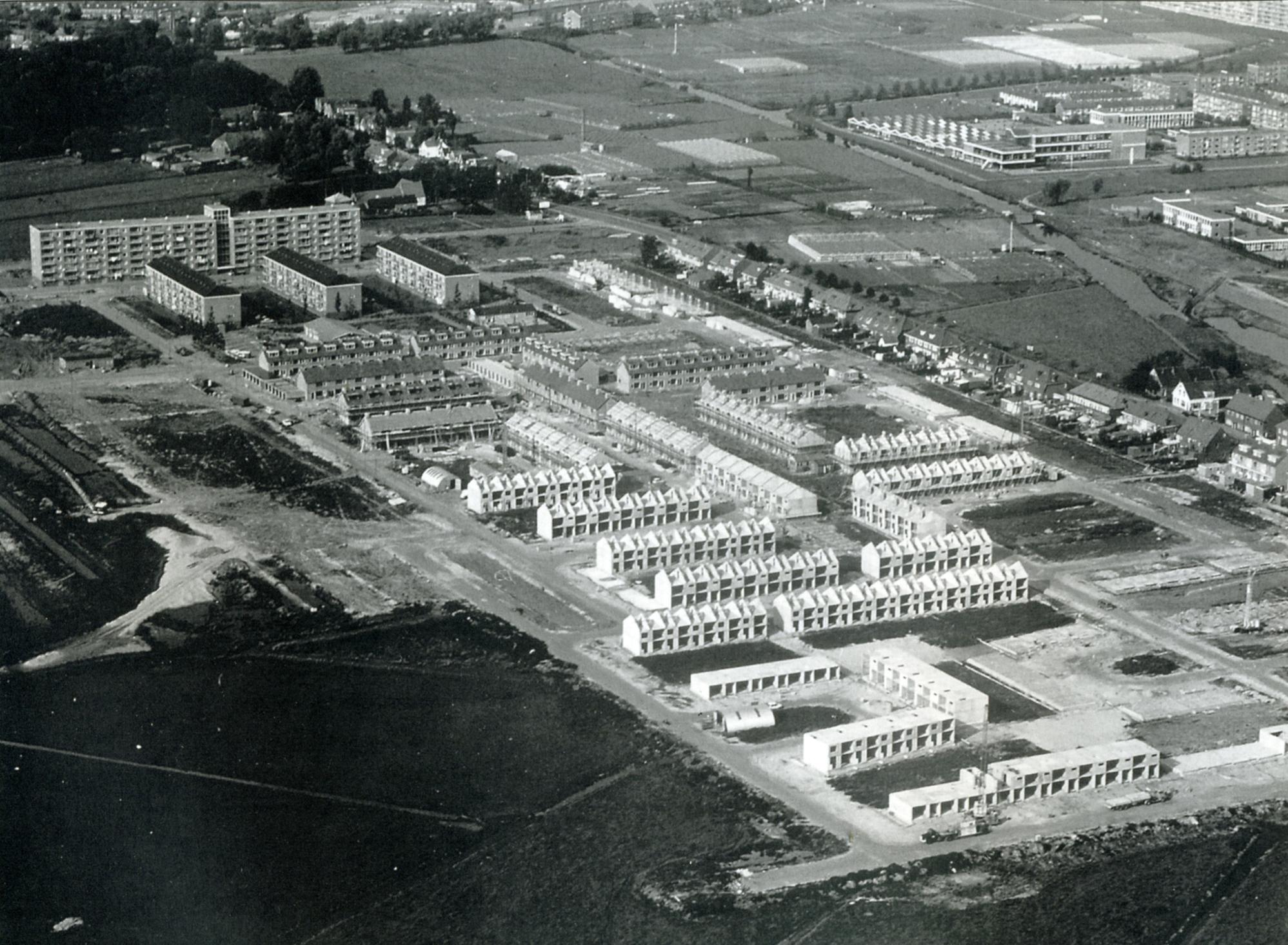 Luchtfoto 1968 met achter de flats de boerderij
